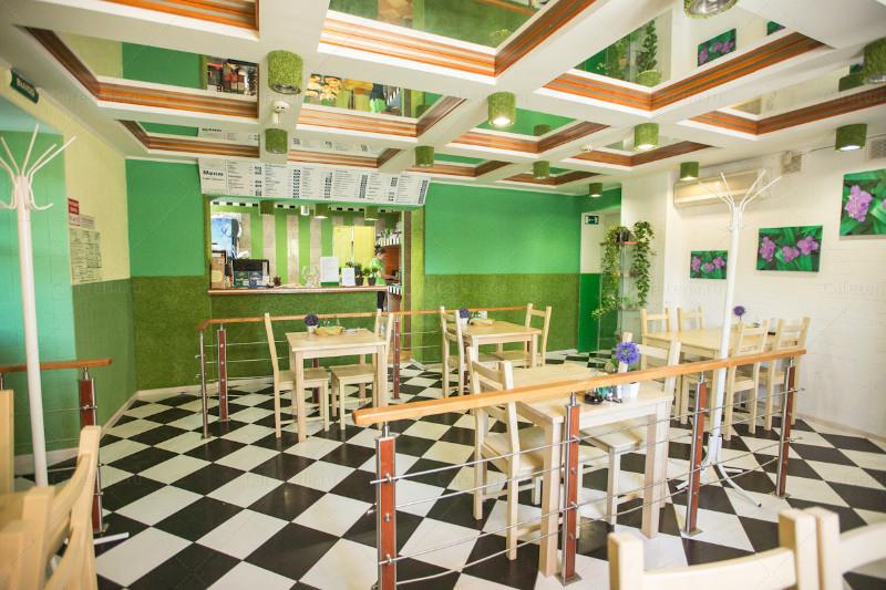 <p><strong>Екатерина Фереферова: </strong>&quot;От &laquo;Домино&raquo; в наследство нам достались зеркальные потолки, перила, разделяющие пространство кафе на уютные зоны&quot;</p>  <p>Фото из архива кафе &quot;Зелень&quot;</p>