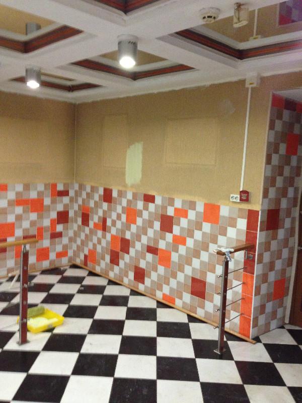 <p><strong>Екатерина Фереферова:</strong> &quot;Внутренний дизайн помещения определялся названием кафе. &#39;Зелень&#39; &ndash; значит, зеленого должно быть много. Снова пришлось вступить в борьбу с оранжевой плиткой: она была в полстены по всему периметру зала&quot;</p>  <p>Фото из архива кафе &quot;Зелень&quot;</p>
